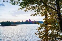 Λιθουανία, Τρακάι 2017 10 19 Galve λίμνη και κάστρο του Τρακάι στο υπόβαθρο Το κάστρο του Τρακάι είναι γοτθικό ύφος και τώρα ιστο Στοκ Εικόνες