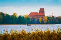 Λιθουανία, Τρακάι 2017 10 19 Galve λίμνη και κάστρο του Τρακάι στο υπόβαθρο Το κάστρο του Τρακάι είναι γοτθικό ύφος και τώρα ιστο Στοκ Φωτογραφίες