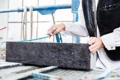 Λιθοδόμος που εργάζεται με το συμπιεσμένο αέρα στην ταφόπετρα Στοκ Εικόνες