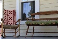 Λικνίζοντας καρέκλα και πάγκος υποδοχής στο ξύλινο μέρος Στοκ Φωτογραφία