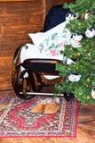 Λικνίζοντας καρέκλα, παντόφλες με τον τάπητα γουνών Στοκ Φωτογραφία