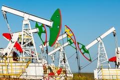 Λικνίζοντας πετρέλαιο ημέρας Καζακστάν αντλίες πετρελαίου μήνα Ιουνίου δυτικές Βιομηχανία πετρελαίου equipment 33c ural χειμώνας  Στοκ εικόνα με δικαίωμα ελεύθερης χρήσης