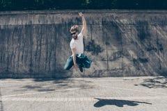 Λικνίστε τη ζωή σας! Ο φοβιτσιάρης μοντέρνος γενειοφόρος νέος τύπος πηδά το outdo στοκ εικόνα