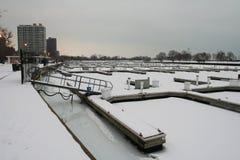Λιμάνι βαρκών στη λίμνη Μίτσιγκαν με το χιόνι και τον πάγο στοκ εικόνα με δικαίωμα ελεύθερης χρήσης