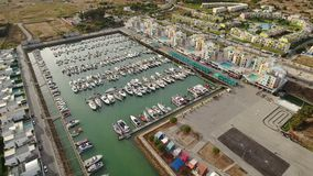 _ Λιμάνι για τα γιοτ πολυτέλειας στη μαρίνα Albufeira, άποψη από την κορυφή απόθεμα βίντεο