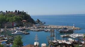 Λιμάνι για τους τουρίστες, τα πλέοντας σκάφη και τους τοίχους πόλεων σε Antalyas Oldtown Kaleici, Τουρκία Στοκ φωτογραφία με δικαίωμα ελεύθερης χρήσης