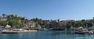 Λιμάνι για τους τουρίστες, τα πλέοντας σκάφη και τους τοίχους πόλεων σε Antalyas Oldtown Kaleici, Τουρκία Στοκ Εικόνες