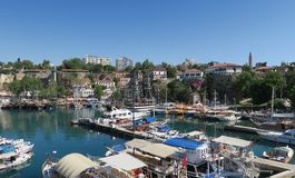 Λιμάνι για τους τουρίστες, τα πλέοντας σκάφη, τις βάρκες του Φίσερ και τους τοίχους πόλεων σε Antalyas Oldtown Kaleici, Τουρκία Στοκ Εικόνα