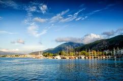 Λιμάνι γιοτ στο ελαφρύ υπόβαθρο ηλιοβασιλέματος μπλε ουρανού, γιοτ έννοιας διακοπών διακοπών στο θαλάσσιο λιμένα Στοκ Φωτογραφίες