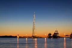 Λιμάνι γιοτ στο ζωηρόχρωμο ηλιοβασίλεμα στοκ φωτογραφία με δικαίωμα ελεύθερης χρήσης