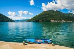 Λιμάνι και βάρκα στον κόλπο Boka Kotor (Boka Kotorska), Μαυροβούνιο, Ευρώπη στοκ εικόνα