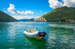 Λιμάνι και βάρκα στον κόλπο Boka Kotor (Boka Kotorska), Μαυροβούνιο, Στοκ Εικόνες