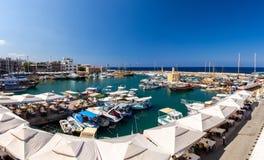 Λιμάνι και λιμένας μαρινών με τα γιοτ στη Κερύνεια Girne, ο Βορράς Cypr στοκ φωτογραφίες με δικαίωμα ελεύθερης χρήσης