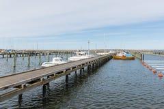 Λιμάνι μαρινών με τον ξύλινο λιμενοβραχίονα κοντά Goteborg, Σουηδία Στοκ φωτογραφία με δικαίωμα ελεύθερης χρήσης