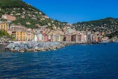 Λιμάνι μαρινών Camogli, βάρκες και χαρακτηριστικά ζωηρόχρωμα σπίτια Προορισμός Ligury, Ιταλία ταξιδιού στοκ εικόνες