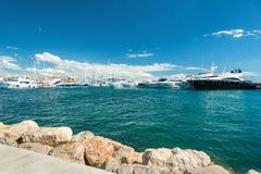 Λιμάνι με το μέρος των σύγχρονων γιοτ Στοκ Φωτογραφίες