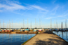 Λιμάνι με sailboats και το μπλε ουρανό Στοκ Εικόνες