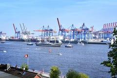 Λιμάνι του Αμβούργο, παρέλαση γενεθλίων με τα διάφορα σκάφη Στοκ Εικόνα