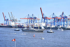 Λιμάνι του Αμβούργο, παρέλαση γενεθλίων με τα διάφορα σκάφη Στοκ εικόνες με δικαίωμα ελεύθερης χρήσης