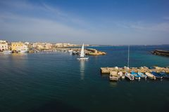 Λιμάνι του Οτράντο τα γιοτ και τις βάρκες ψαριών που δένονται με Το Οτράντο είναι α Στοκ φωτογραφία με δικαίωμα ελεύθερης χρήσης