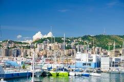Λιμάνι του Πόρτο Antico με τα άσπρα γιοτ πολυτέλειας στο ιστορικό κέντρο της παλαιάς ευρωπαϊκής πόλης Γένοβα στοκ εικόνες με δικαίωμα ελεύθερης χρήσης