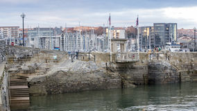 Λιμάνι του Πλύμουθ βημάτων Mayflower που αντιμετωπίζεται από τη θάλασσα Στοκ Εικόνα
