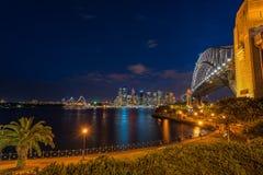 Λιμάνι του Σίδνεϊ που αντιμετωπίζεται τη νύχτα από το σημείο Milsons στο βόρειο Σίδνεϊ Αυστραλία στοκ εικόνα