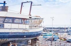 Λιμάνι Acitrezza με την παλαιά βάρκα ψαράδων δίπλα στα νησιά Cyclops, Κατάνια, Σικελία, Ιταλία στοκ εικόνες