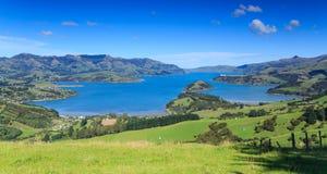 Λιμάνι Akaroa, Νέα Ζηλανδία, που βλέπει από τους λόφους της χερσονήσου τραπεζών Στοκ φωτογραφία με δικαίωμα ελεύθερης χρήσης