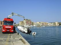 Λιμάνι Anzio, νότος της Ρώμης, Ιταλία - που χαμηλώνει ένα ταχύπλοο έτοιμο για κάποια θερινή διασκέδαση στη Μεσόγειο Στοκ φωτογραφία με δικαίωμα ελεύθερης χρήσης