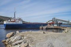 Λιμάνι Bakke αφίξεων των MV Falknes για να φορτώσει το αμμοχάλικο Στοκ εικόνα με δικαίωμα ελεύθερης χρήσης