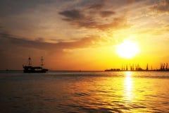 Λιμάνι Berdyansk κατά τη διάρκεια του ηλιοβασιλέματος Σκάφος που πλέει με τη θάλασσα Στοκ Φωτογραφία