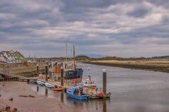 Λιμάνι Irvine στο Ayrshire Σκωτία που κοιτάζει πέρα από μερικές μικρές βάρκες στοκ φωτογραφία με δικαίωμα ελεύθερης χρήσης
