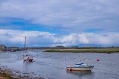 Λιμάνι Irvine στο Ayrshire Σκωτία που κοιτάζει πέρα από μια ενιαία πλέοντας βάρκα Masted στους λόφους Arran στη μουντή απόσταση στοκ εικόνα