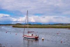 Λιμάνι Irvine στο Ayrshire Σκωτία που κοιτάζει πέρα από μια ενιαία πλέοντας βάρκα Masted στους λόφους Arran στη μουντή απόσταση στοκ εικόνα με δικαίωμα ελεύθερης χρήσης