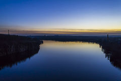 Λιμένας, αποβάθρα και γερανοί στον ποταμό, μια λίμνη, ένα όμορφο βράδυ Στοκ εικόνες με δικαίωμα ελεύθερης χρήσης