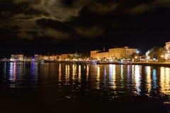 Λιμένας βαρκών πόλεων Porec τη νύχτα Κροατία Στοκ εικόνα με δικαίωμα ελεύθερης χρήσης