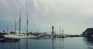 Λιμένας γιοτ, Βαρκελώνη, Ισπανία Sailboats στη μαρίνα γιοτ κάτω από τον ουρανό σύννεφων φιλμ μικρού μήκους