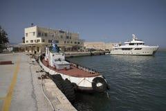 Λιμένας Ηρακλείου, Κρήτη, Ελλάδα Σκάφος ακτοφυλακών και ιδιωτικό γιοτ στο λιμένα στοκ φωτογραφίες με δικαίωμα ελεύθερης χρήσης