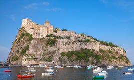 Λιμένας ισχίων, Aragonese Castle και ζωηρόχρωμες βάρκες Στοκ φωτογραφίες με δικαίωμα ελεύθερης χρήσης