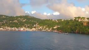 Λιμένας και πόλη στην ορεινή ακτή Kingstown, Άγιος Vincent και Γρεναδίνες απόθεμα βίντεο