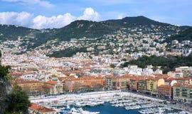 Λιμένας της γαλλικής πόλης της Νίκαιας Τα ιδιωτικές γιοτ και οι βάρκες σταθμεύουν κοντά στην ακτή στοκ εικόνες
