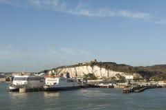 Λιμένας του Ντόβερ, με τους άσπρους απότομους βράχους και κάστρο του Ντόβερ και δύο σκάφη πορθμείων να βρεθεί P&O στοκ εικόνα