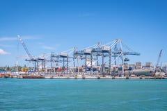 Λιμένας του Ώκλαντ με τα μεταφορικά κιβώτια, τους γερανούς και το σκάφος στο νέο Ζ στοκ εικόνες με δικαίωμα ελεύθερης χρήσης