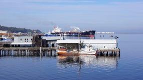 Λιμένας Angeles, ΟΥΑΣΙΓΚΤΟΝ ΗΠΑ - τον Οκτώβριο του 2014: αποβάθρα με ένα αλιευτικό σκάφος και ένα τεράστιο σκάφος δεξαμενών Στοκ Εικόνες