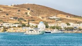 Λιμένας Antiparos στην Ελλάδα με μια παραδοσιακή άσπρη εκκλησία που στέκεται στη μέση Στοκ Εικόνες