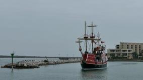 Λιμένας Aransas, TX - 6 Φεβρουαρίου 2015: Η βάρκα εξόρμησης τουριστών αφήνει τη μαρίνα μια συννεφιάζω ημέρα φιλμ μικρού μήκους