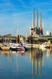 Λιμένας de Badalona με εγκαταλειμμένες τις καπνοδόχοι εγκαταστάσεις παραγωγής ενέργειας στο backgrou Στοκ φωτογραφία με δικαίωμα ελεύθερης χρήσης