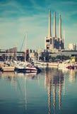 Λιμένας de Badalona με εγκαταλειμμένες τις καπνοδόχοι εγκαταστάσεις παραγωγής ενέργειας στο backgrou Στοκ Εικόνα