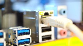 Λιμένας Ethernet και άλλοι λιμένες για τη σύνδεση των συσκευών στη μητρική κάρτα απόθεμα βίντεο
